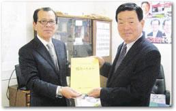 鈴木松男組合長より茨城県議会議員菊池敏行氏へ
